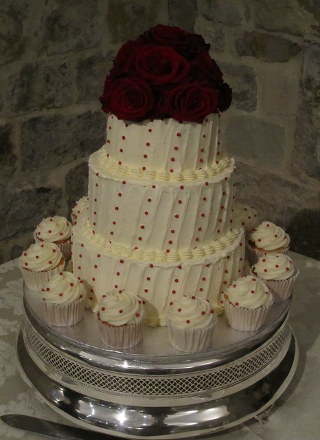 atkins farm wedding cakes 3 tier buttercream wedding cake with matching cupcakes 10885