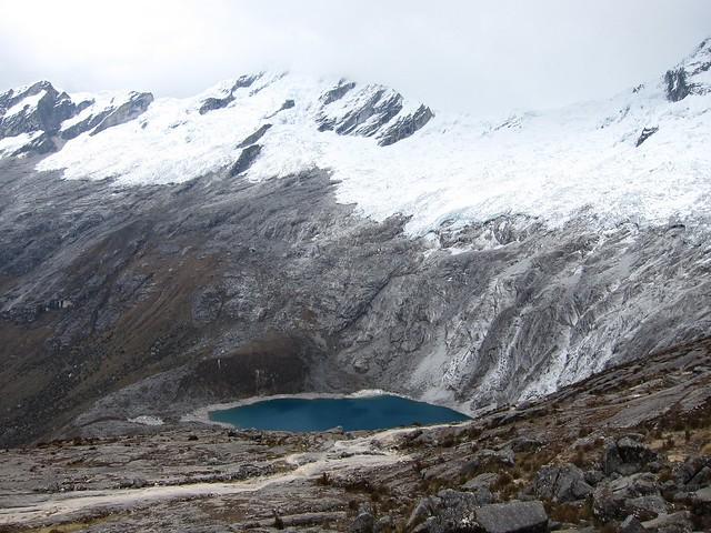 Lago turquesa Punta Union en el Parque Nacional Huascarán, Cordillera Blanca, Perú