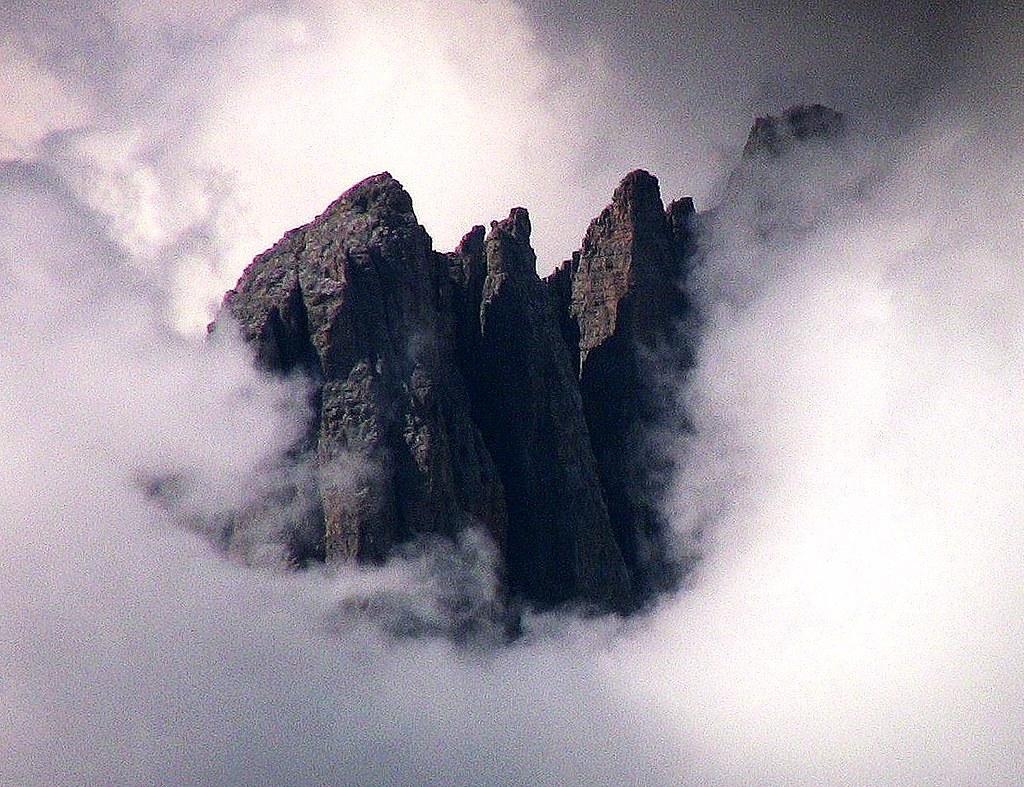 Dolomiten , Latemarspitzen tauchen aus dem Nebel auf  -  072 Near / 655