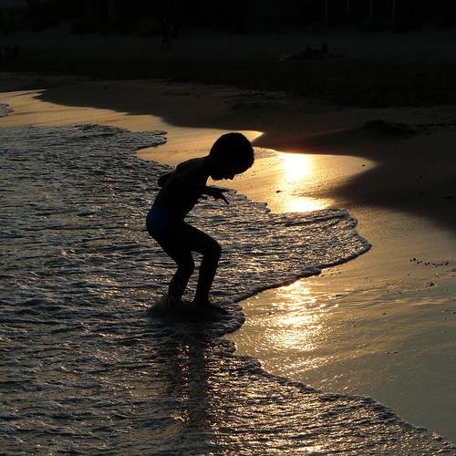 sunset sea summer mer france beach silhouette square child montpellier été enfant playful plage coucherdesoleil jeu carré languedocroussillon photographe hérault 2011 frontignan véroniquedelaux créatitudesnolimits »véroniquedelaux» delaux «photographemontpellier»