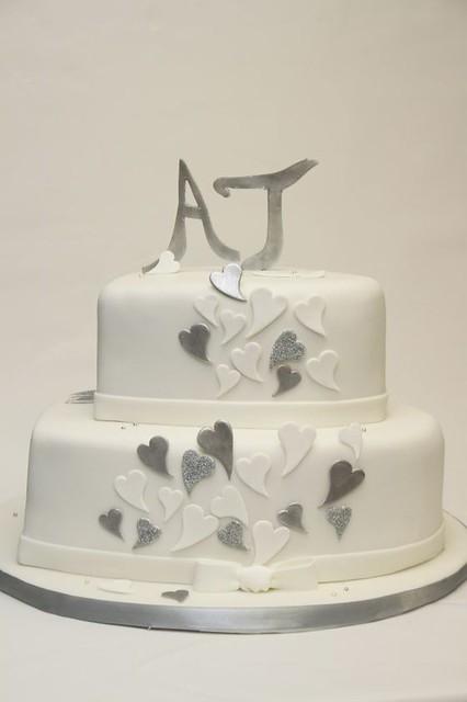 schlichte elegante Hochzeitstorte Herzform silber weiß