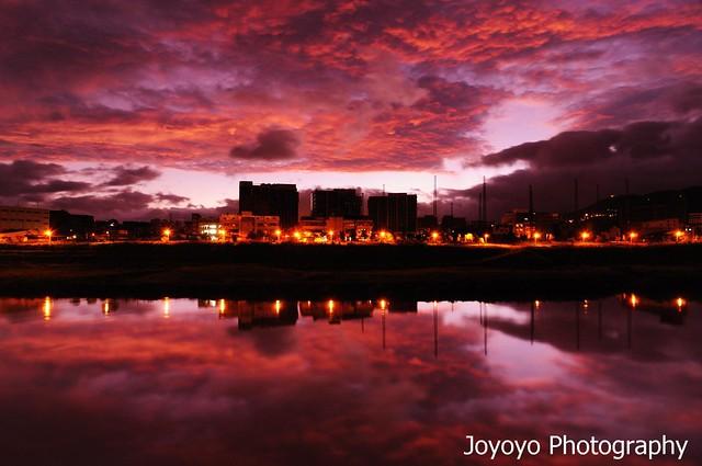 日出基隆河岸 火燒雲滿天