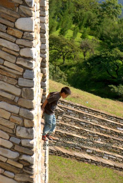 Niño bajando una ruina en Mixco Viejo.