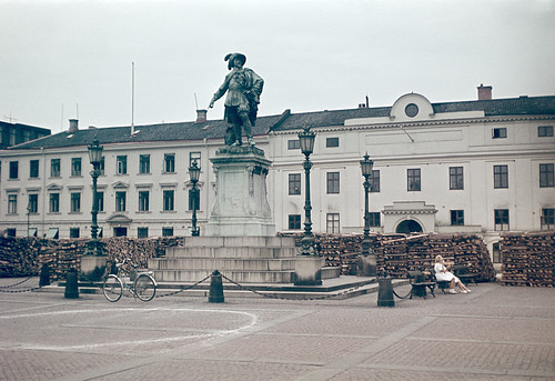 woman bike statue stairs bench square king oldhouse lamppost firewood bicykle riksantikvarieämbetet theswedishnationalheritageboard
