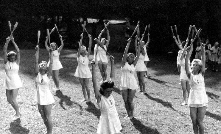 hitler youth and bund deutscher maedel The hitler youth (hitlerjugend, often abbreviated to 'hj') was a paramilitary  and  the girls' section bund deutscher mädel (bdm, the league of german girls.