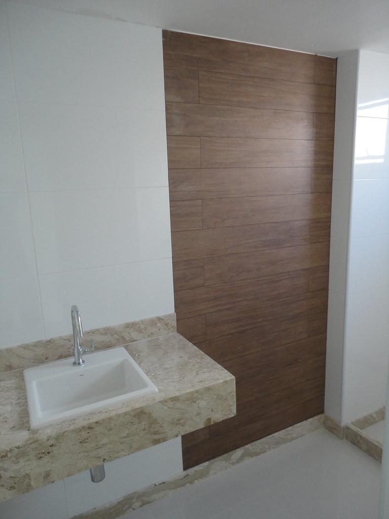 Banheiro com detalhe porcelanato amadeirado  Flickr  Photo Sharing! -> Armario De Banheiro Amadeirado
