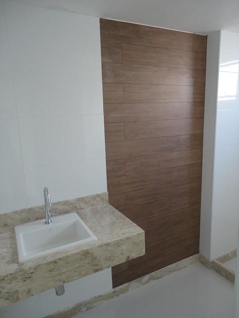 Banheiro com detalhe porcelanato amadeirado  Flickr  Photo Sharing! -> Banheiro Pequeno Com Piso Amadeirado