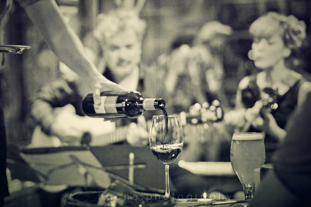 Y la noche sigue entre vino y vino ...