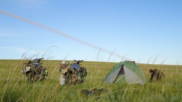 Zelten in der endlosen Mongolischen Steppe