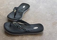 outdoor shoe(0.0), sneakers(0.0), shoe(0.0), leather(0.0), leg(0.0), footwear(1.0), sandal(1.0), flip-flops(1.0), slipper(1.0), black(1.0),