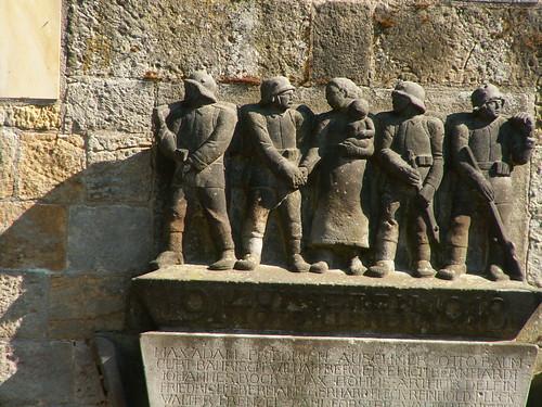 Kriegerdenkmal Cossebaude gefallen liegst du armer Mensch, ohne Sonne, das Angesicht verwüstet, zu Stein und Staub geworden 011