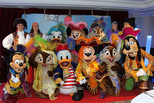 Mickey and his whole Pirate Crew come out to say farewell!
