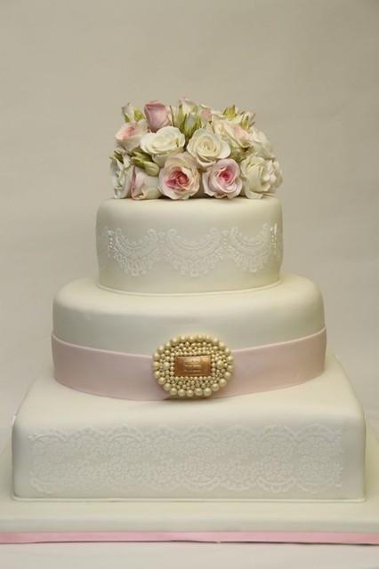 elegante Hochzeitstorte mit Rosen und Brosche  Flickr - Photo Sharing ...