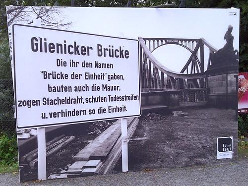 Hinweisschild vor der Glienicker Brücke (auf Berliner Seite)