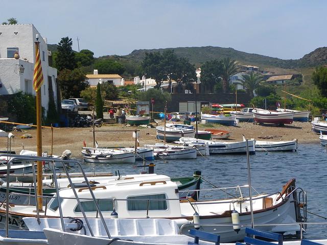 Barcos en la bahía de Portlligat