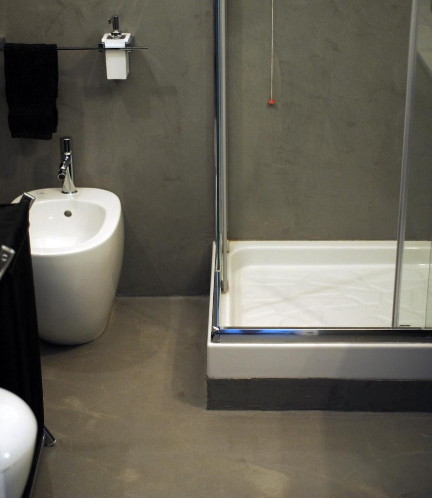Bagno in resina spatolato grigio effetto cemento resining di gianpaolo mazzoni flickr - Resina per rivestimento bagno ...