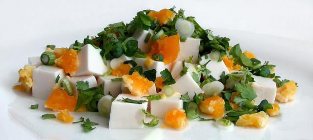 Zijdentofu salade met gezouten eendeneieren