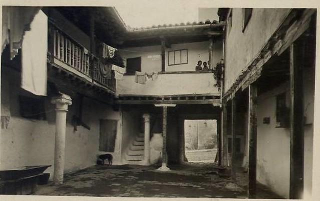 Patio del Verdadero Mesón del Sevillano en la Cuesta del Carmen (actual calle Cervantes) a comienzos del siglo XX