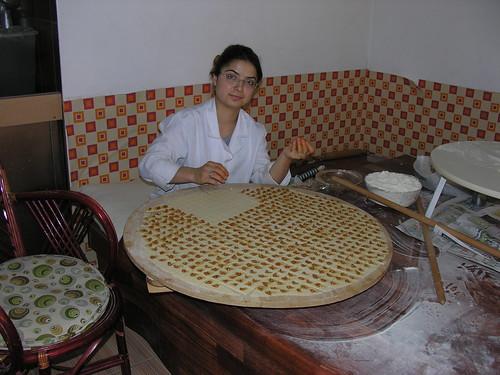 Így készül a mantı - Minden egyes pöttyit (húsit) egyenként be kell csomagolni.