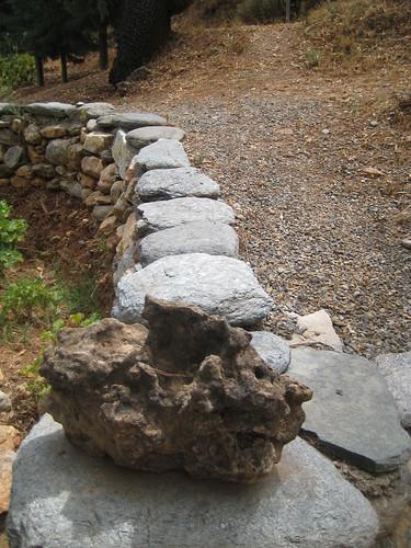 Flusssteinmauer