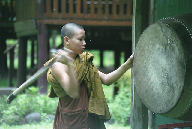 monk-wat-tam-wua-zovet-k-obedu
