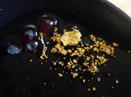 Auch heute kann man wie ein goldfischender Venetianer Gold, Edelsteine, Goldkoerner, Nuggets, Granat und Saphir in der Wesenitz waschen