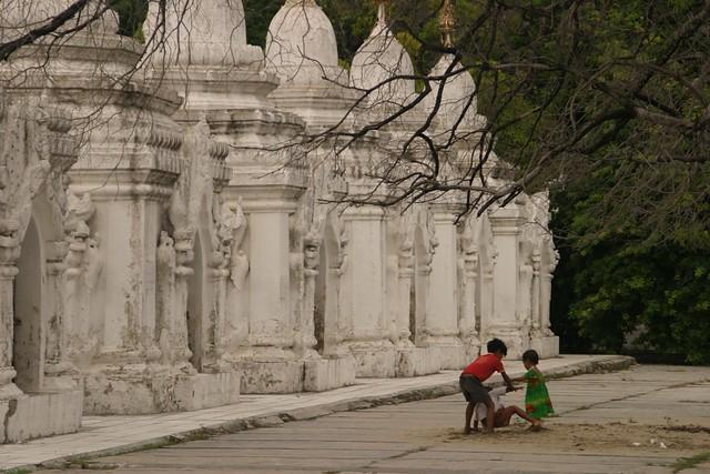 Kuthodaw Paya, Mandalay by CC user alex_m_jones on Flickr