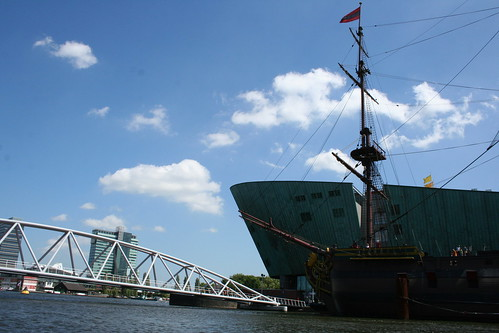 2010.07.14 Amsterdam 04 Blue Boat City Canal Cruise 111 Replica van de Amsterdam voor Science Center NEMO