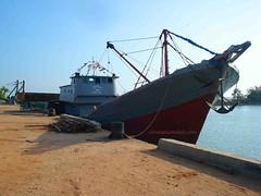 Kapal Kayu dengan Crane Terpasang untuk Unloading (Bongkar)