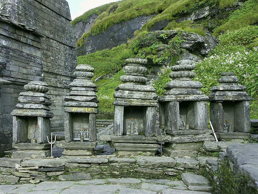Шрайны вокруг главного мандира Тунгнатха. Храм Тунгнатх, X век, Уттаранчал