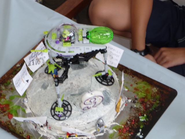 Alien Spaceship Cake http://www.flickr.com/photos/huynhclan/6048344460/