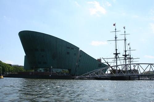 2010.07.14 Amsterdam 04 Blue Boat City Canal Cruise 103 Replica van de Amsterdam voor Science Center NEMO