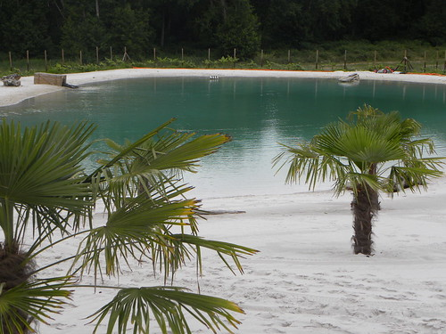plage de sable blanc au camping