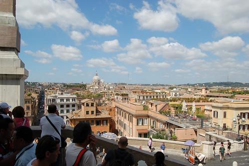 Am Eingang der Santa Trinita dei Monti fotographieren Touristen den Petersdom