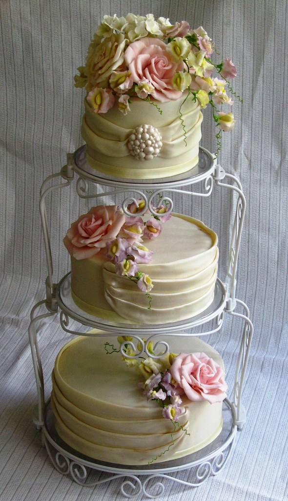 sweet pea wedding cake wedding cake with sugar roses hydrangeas sweet peas and 20699
