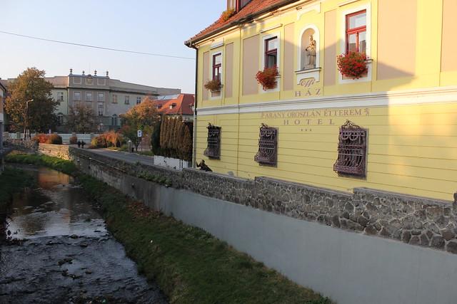 El río Eger y el Hotel Arany Oroszlán