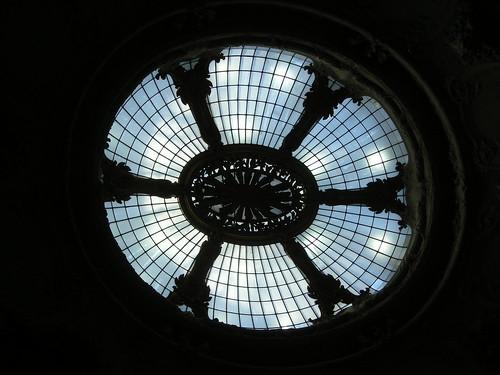 La verrière servant de coupole au hall du Palais de la Découverte à Paris