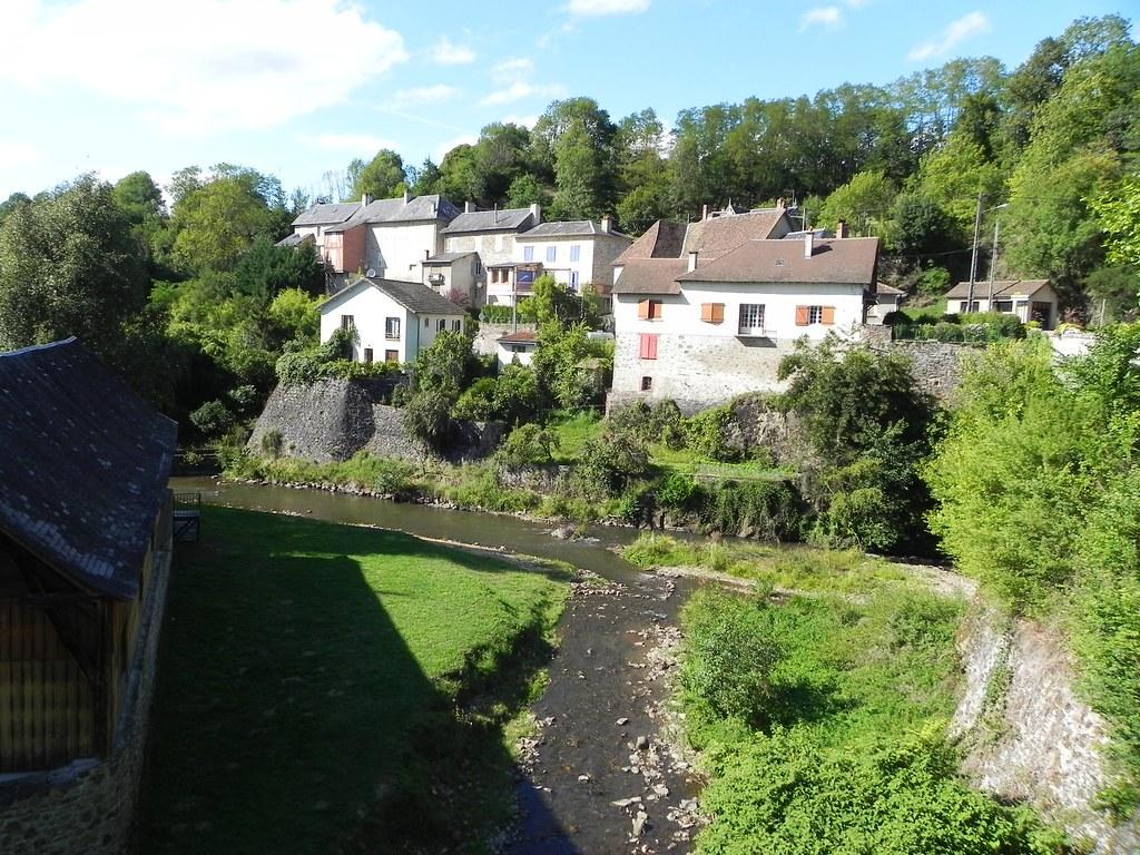 La route de Saint Jean vers le Chateau de Chalucet