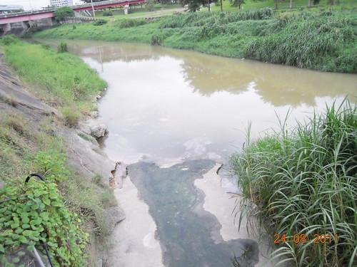 水污法上路,不處理污水的廠商將追討不法利得。圖為2011年中油高雄煉油廠違規排放廢水。圖片來源:環保署。