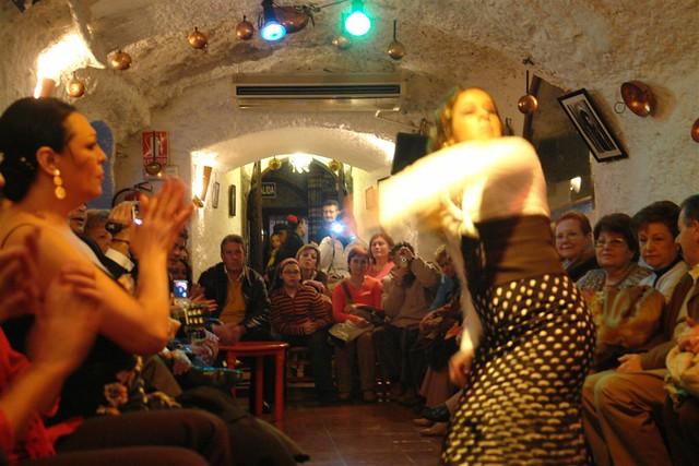 Presenciar en directo una actuación de flamenco en las cuevas de Granada es una gran experiencia Tradiciones y fiestas en España que enamoran a los turistas - 6355226219 49ba690410 z - Tradiciones y fiestas en España que enamoran a los turistas