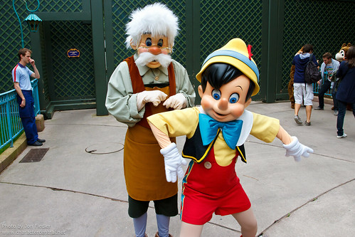 DLP Aug 2011 - Characters come out to meet their fans in Fantasyland
