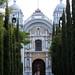 Iglesia con cipreses