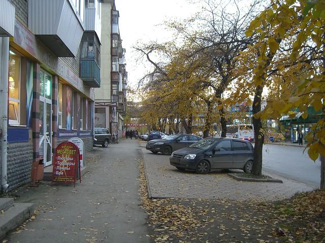 Парковка между деревьями на ул. Большакова