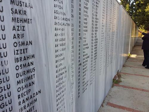 Elesettek listája az egyik faluban (Büyükanfarta)