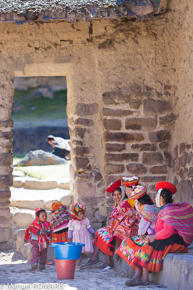 Ollantaytambo, Peru, women sitting and children