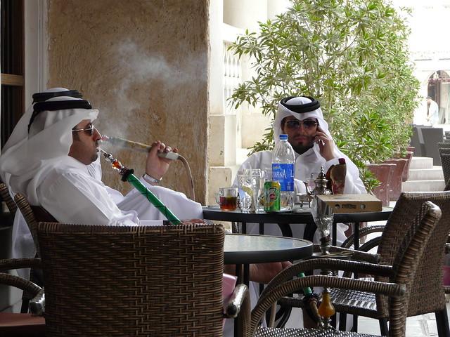 Qataríes fumando sisha