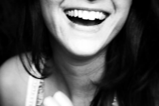 笑顔のときと同じ筋肉の使い方をしていることで、脳は「あ、今楽しいんだ♪」と判断する
