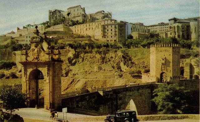 Alcázar destruido y Fonda de la Caridad aún en ruinas hacia 1950