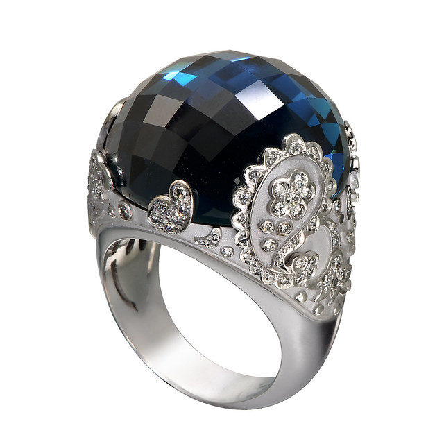 DA11323 020804 Aqua ring in white gold with diamonds and blue topaz copia.jpg