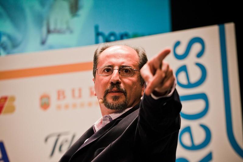 @jlori dando el turno de palabra al público. Foto de Victoriano Izquierdo (@victorianoi)
